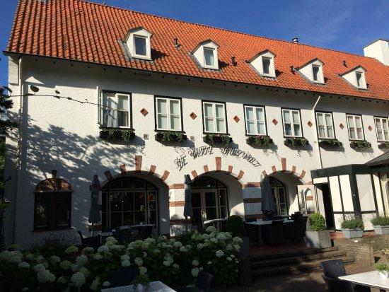 De Witte Holevoet : Terrasse vor dem Hoteleingang