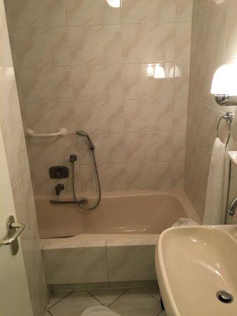 Scherpenzeel, Paesi Bassi: Kleines Wannenbad im Zimmer Nr. 16, Toilette extra