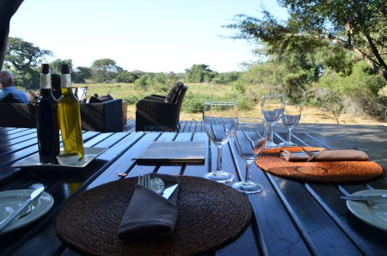 Phinda Private Game Reserve, Güney Afrika: Lunch overlooking the waterhole