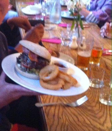 The Red Lion: Hamburger co anelli di cipolla e bacon ;)