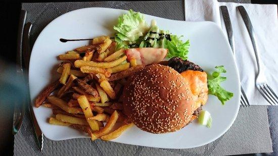 Varennes-Jarcy, France : Burger et salade thon ect