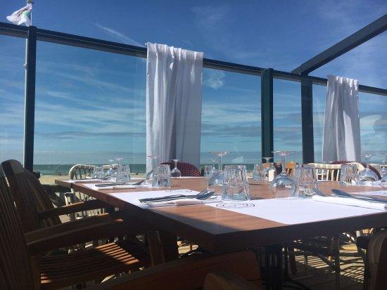 Terrasse couverte, protégée du vent avec une vue mer et ...