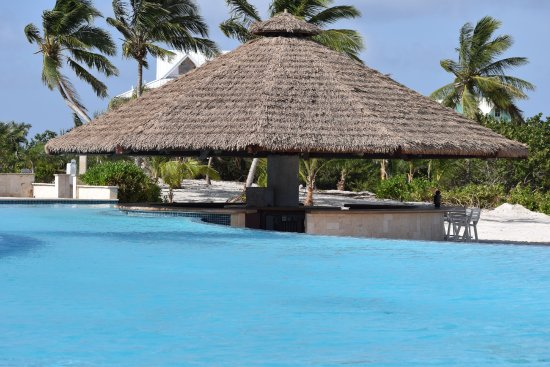 Chub Cay: infinity pool with tiki bar