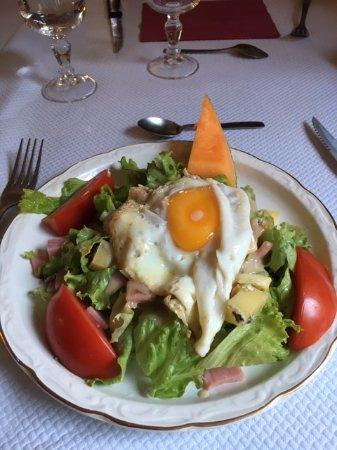 """Saugues, Франция: L'entrée, une """"salade traditionnelle"""", délicieux !"""