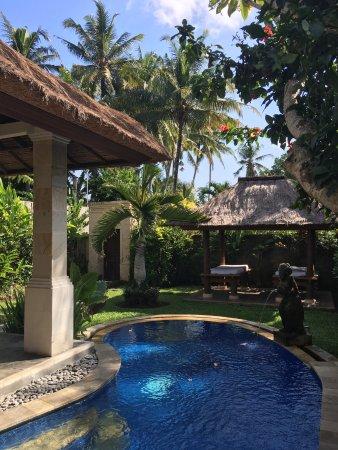 Furama Villas & Spa Ubud: Zona de pisicina de la villa privada.