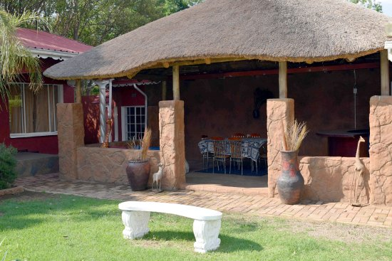 Kempton Park, Sydafrika: An African themed dining area for for a complete feel of african dining.