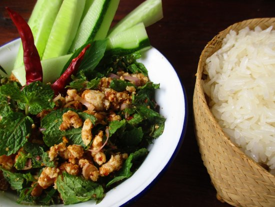 San Sai, Tailandia: blissful combo, making Laab!! not war (minced pork salad to eating with sticky rice)
