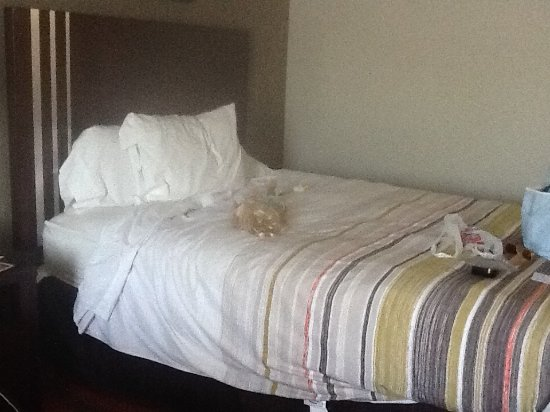 Country Inn & Suites By Carlson, Dearborn: Bed after room service