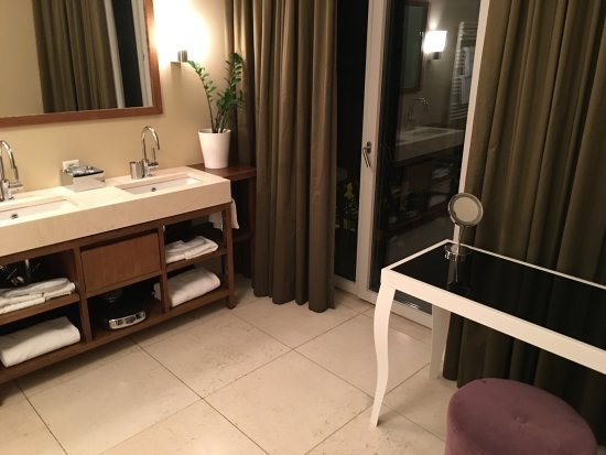 Alden Luxury Suite Hotel Zurich: Banheiro com acesso a varanda