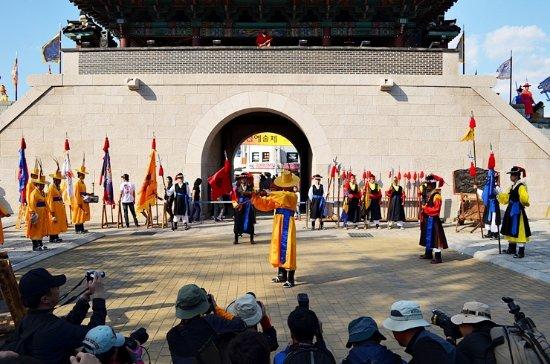 Jinju, Zuid-Korea: 진주성 공북문 : 진주 목사였던 김시민 장군이 왜군을 물리치기 위해 하셨던 것들을 재현하는 퍼포먼스를 하는 모습입니다.