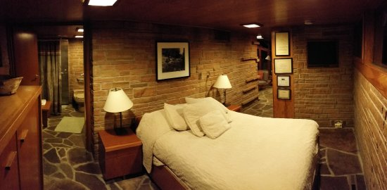 Lake Delton, WI: A slight panoramic of the bedroom and bathroom.