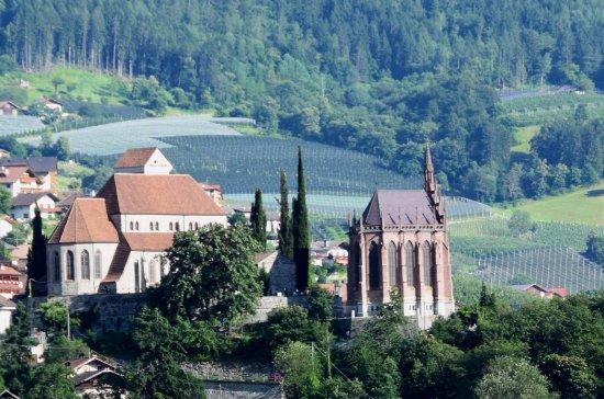 Schloss Schenna und Mausoleum: Mausoleum und Kirche von Schenna aus Riffian gegenüber aufgenommen