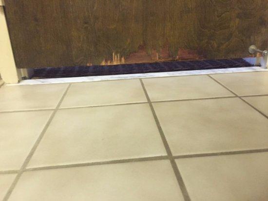 Williamsburg, IA: 3 inch gap below bathroom door