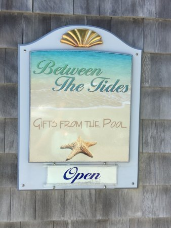 Between The Tides is a unique coastal gift shop located in beautiful Biddeford Pool.
