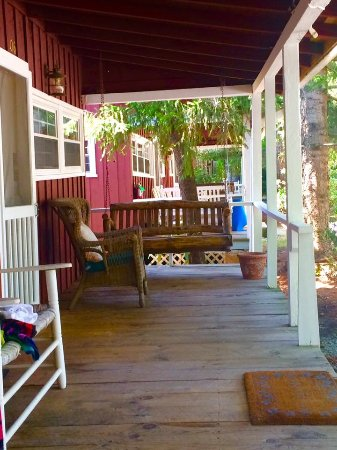 Highland Lake Inn & Resort Hendersonville: Enjoying the swing and porch isn the rustic Cabin type rooms.