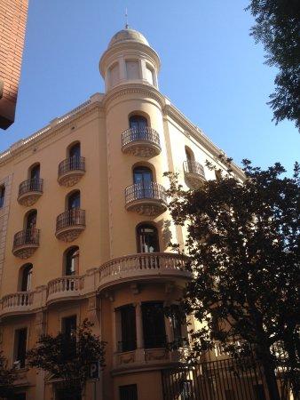 Residencia Erasmus Gracia: Straataanzicht van Residentie Erasmus in Barcelona.