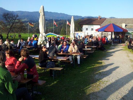 Kossen, Austria: Beer Garden Atmosphere