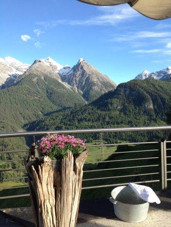 Ftan, Swiss: Uitzicht vanaf buitenterras hotel
