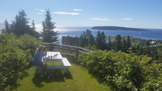 Perce Au Pic de l'Aurore: Picnic table with a view on property