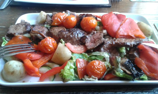 Tintern, UK : Steak was cut into pieces and arranged with the salad and new potatoes, mushrooms and peppers et