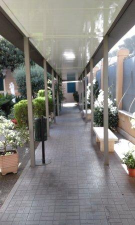 San Giuseppe Della Montagna : Pasillo cubierto que conduce a las habitaciones