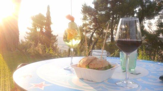 """Montemaggiore al Metauro, Itália: Spritz (tutto marchigiano, un po' più amaro), Sangiovese e """"Patacchino"""", un panino di tacchino"""