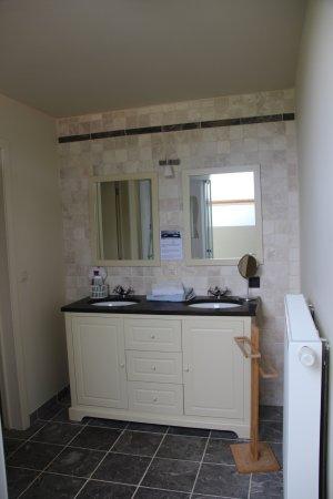 Molen ter Walle Bed & Breakfast : badkamer met mooie lavabokast