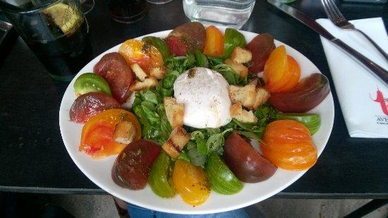 First Avenue Restaurant & Bar : Salade Caprese - tomates pas mûres et sans aucun goût...