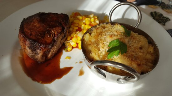Zola Kitchen and Wine Bar: Filet mignon & lobster macaroni was amazing.