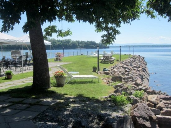North Hero, VT: In mid- to late-summer they offer BBQ lunch options outside on the jetty. Wasn't open yet mid-Ju