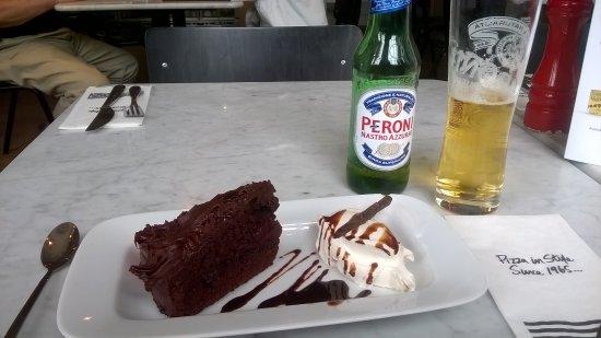Pizza Express: Un bon gateau au chocalat (un peu copieux quand même) avec un bierre fraiche Peroni