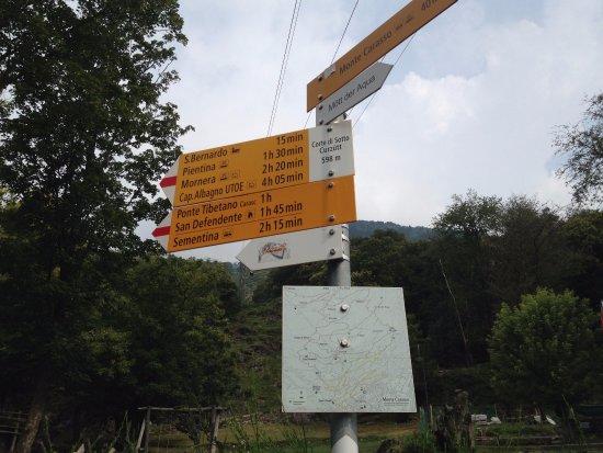 Sementina, سويسرا: palina con tempi e destinazioni
