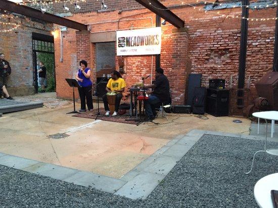 Medina, นิวยอร์ก: Beegarten concert space (June 2015)