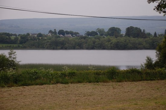 Ballynary, Irland: The view of the lake from the patio of the Hostel.