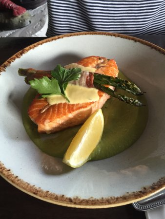 Barna, Irland: Baked Salmon, Asparagus, Serano Ham, Pea puree, Brown Butter Béarnaise Sauce