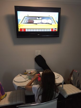 Periwinkle Inn: Big TV in the kitchen area