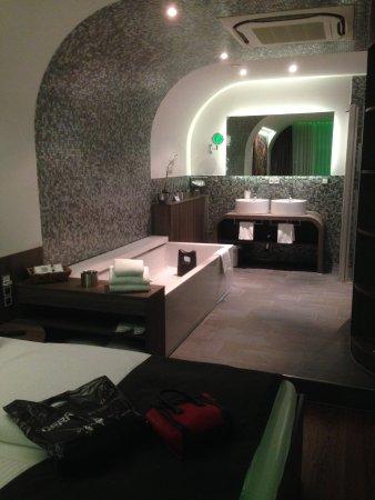 ein Wahnsinns Badezimmer mit offenem Schlafzimmer - Bild von ...