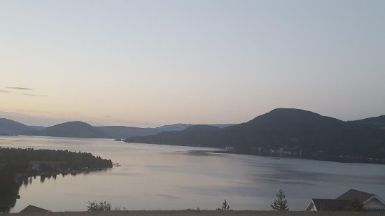 South Fintry, Kanada: zoomed in view of the lake at dusk