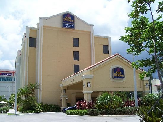 Best Western Plus Kendall Hotel & Suites : front of main entrance