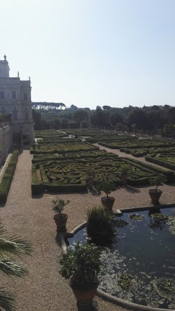 Crowne Plaza Rome - St. Peter's: the villa in the park - we went for a morning run