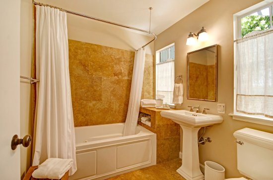 Bungalows 313: Vita bathroom.