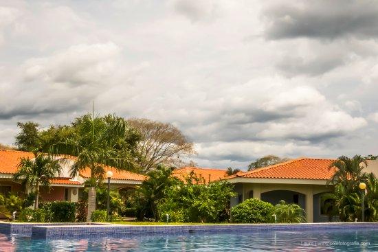 Playa Potrero, Costa Rica: Parte de las piscina y de las villas que le rodean