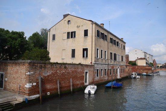 Kosher House Giardino Dei Melograni: Looking at the hotel from the bridge