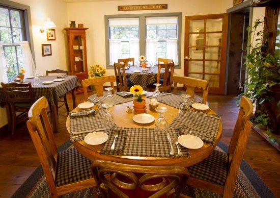 Sunflower Hill, A Luxury Inn: Breakfast Dining Room