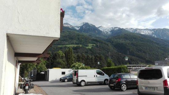 Hotel Tirolerhof : Parcheggio posteriore con la moto al riparo sotto una balconata.
