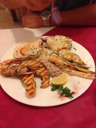 Santa Maria di Sala, Italien: Calamari alla griglia e grigliata mista di pesce!