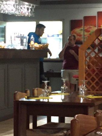 Rousset, Francja: Serveuse semble flotteé dans une mauvaise ambiance et cuisinier sans cesse assis en salle à mang