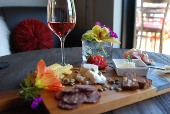 Healdsburg, CA: Relax in the lounge and enjoy a charcuterie plate.