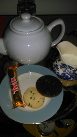 Broadstairs House: I came in late and ws offered a lovely cup of tea with biscuits( I ate one already!) It felt lik
