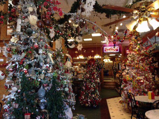 South Pasadena, Kaliforniya: the view when you walk in at Christmas! And this is just the first area!